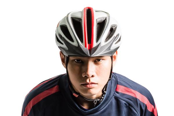 Hvordan får du unge mennesker til at bruge cykelhjelm?