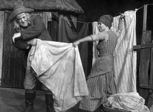 """Jeppe fra komedien """"Jeppe på Bjerget"""" bliver slået af sin kone, fordi han drikker."""